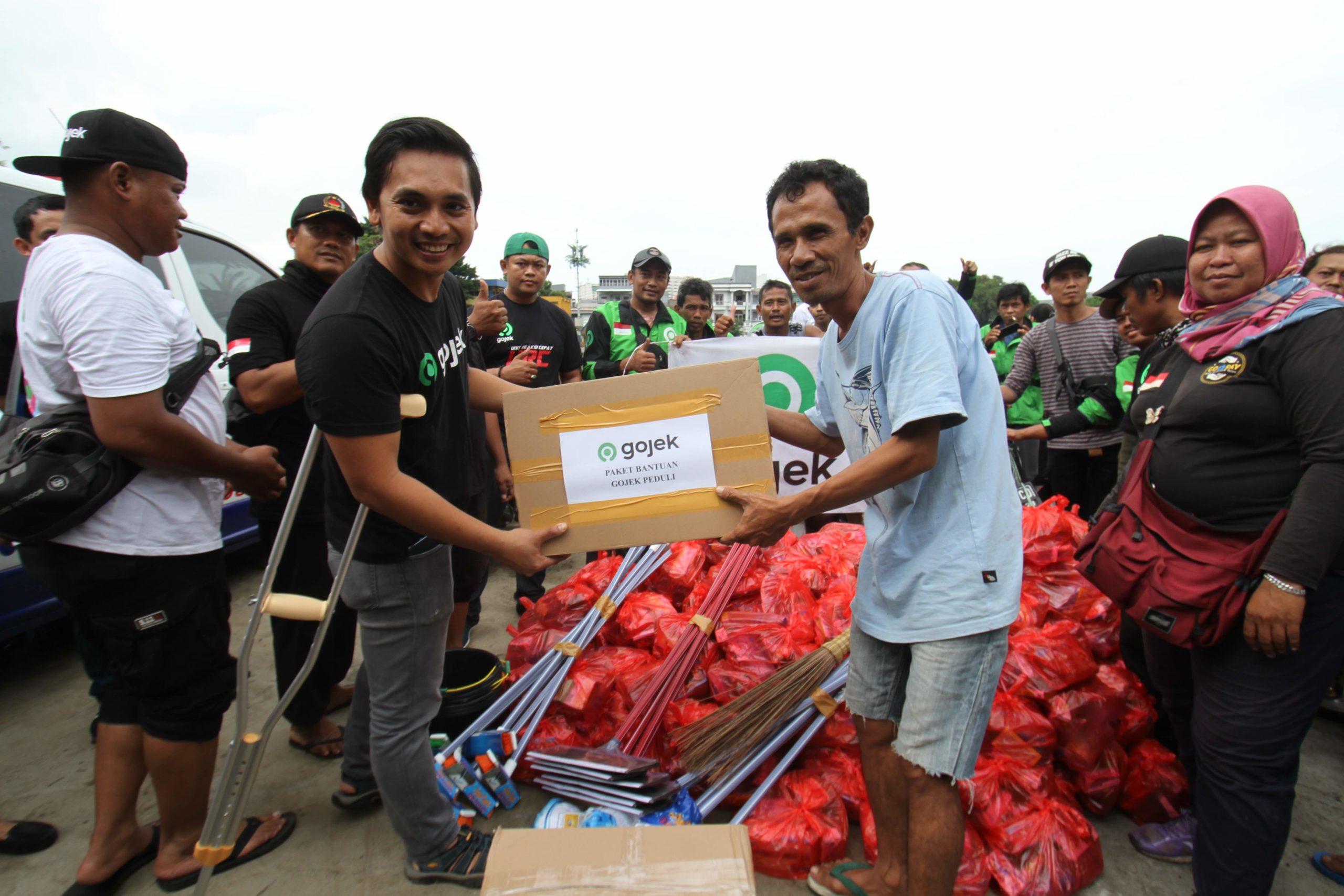 Ratusan Relawan Mitra dan Karyawan Gojek Salurkan Lebih dari 4.000 Paket Bantuan kepada Korban Banjir Jakarta