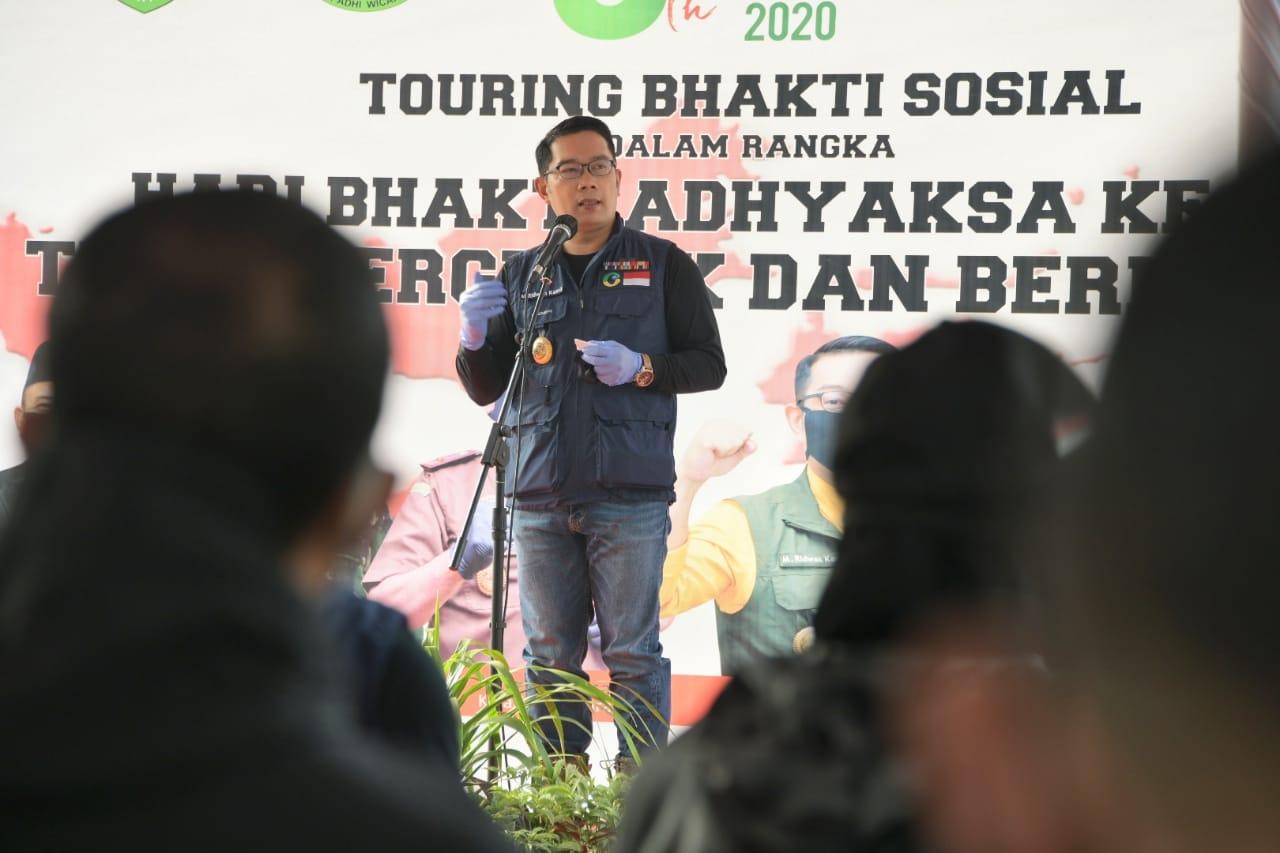 Gubernur Jawa Barat (Jabar) Ridwan Kamil bersama Forum Komunikasi Pimpinan Daerah (Forkopimda) Provinsi Jabar saat membagikan paket sembako kepada masyarakat Kota dan Kabupaten Sukabumi, Sabtu (25/7/20). (Foto: Pipin/Humas Jabar)