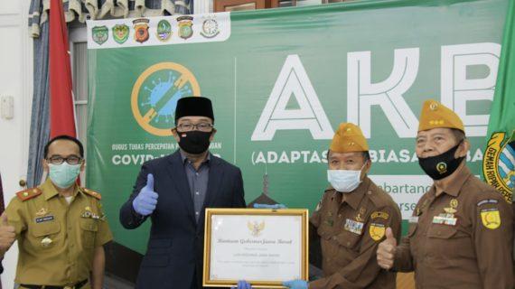 Ridwan Kamil Serahkan Bantuan kepada LVRI Jabar