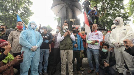 Ridwan Kamil Temui Demonstrasi Buruh se-Jabar di Depan Gedung Sate