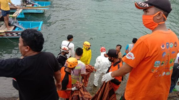 TIM SAR Gabungan Temukan Nelayan yang Terjatuh di Perairan Pantai Jayanti dalam Keadaan Meninggal Dunia